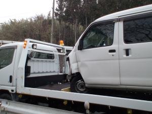 雪の中、事故車積み込み完了